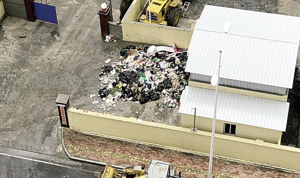 垃圾转运站的垃圾就这样露天堆放等待转运。