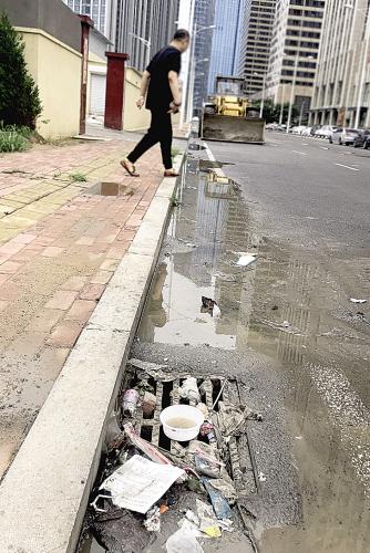地面上污水和生活垃圾随处可见。